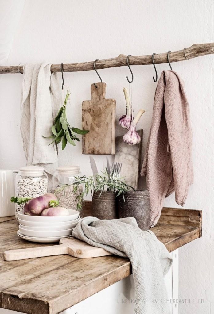 Παλιά ξύλα και μία γωνίτσα στην κουζίνα.